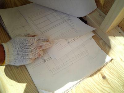 小屋の設計図を確認中