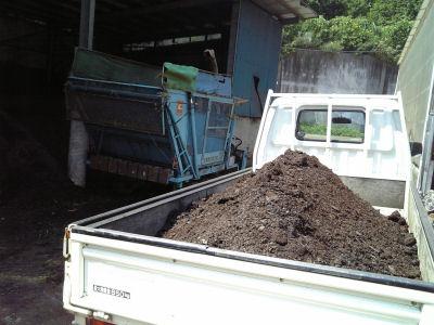 ボンゴの荷台と堆肥