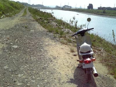 ヤマハメイトと河畔