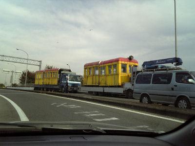 輸送中の電車