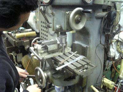 フライスでジュラルミンの板を削る