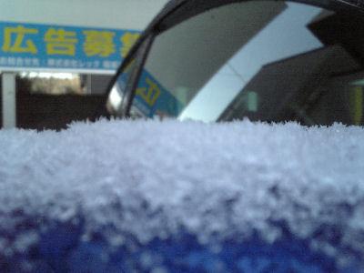 結晶が見えるような気がしたドアミラーの雪