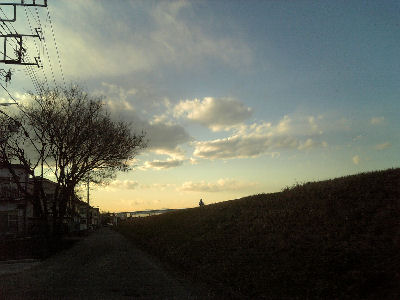 モノレールと堤防