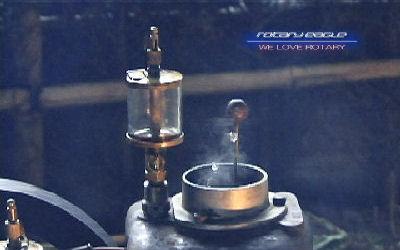 ホッパーから飛び跳ねる冷却水・立ち上る蒸気