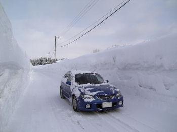 マツダファミリアと雪の壁