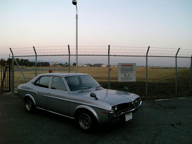 マツダルーチェと横田基地のゲート