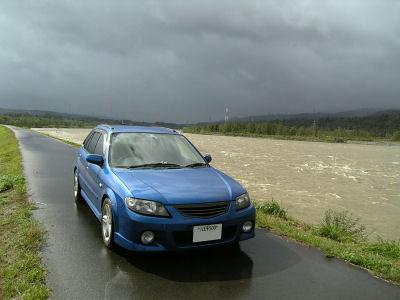 増水した信濃川とファミリア