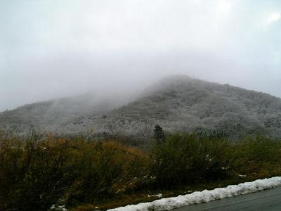 うっすらと雪化粧した山