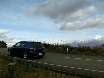 アクセラと雪化粧した越後山脈