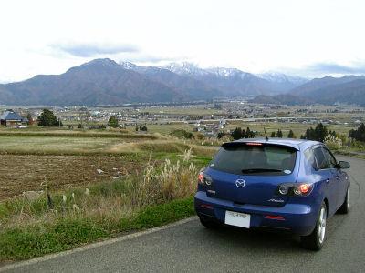 マツダアクセラスポーツと雪化粧した越後山脈2