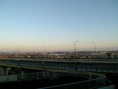 朝もやの中央高速と多摩川