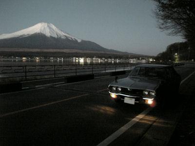 まだ薄暗い山中湖と富士山とルーチェ