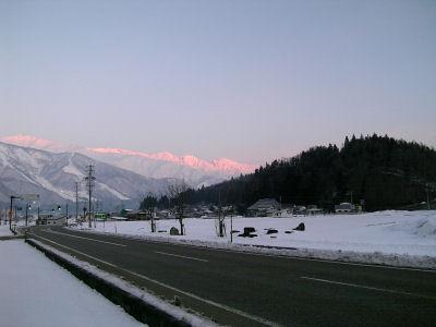 朝日をあびた白馬連山