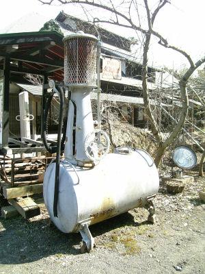 古い手動給油機
