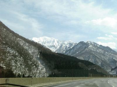 雪の少ない湯沢から谷川連邦を望む