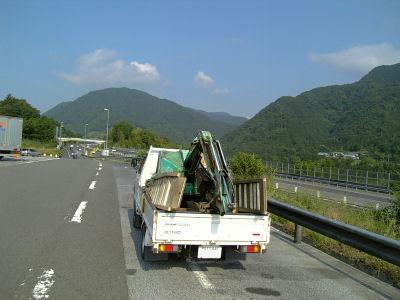 談合坂SAとユンボを積んだトラック