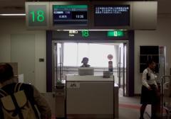 """""""機内へのご案内は10時20分を予定しております。今しばらくお待ちください。"""""""
