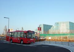 大きなマンション、小さなバス。
