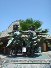 ハワイ島空港のフラガール銅像