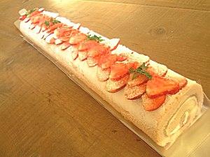 ロングロングロールケーキ。