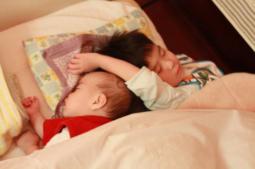 二人の寝顔