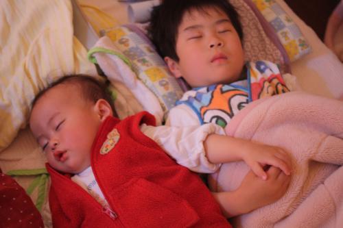 手をつないで寝る二人