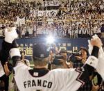 初戦に勝利し、超満員のファンに応えるフランコ