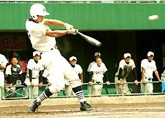 修猷館五回2死一、三塁、4番・篠田選手が中前適時打を放つ