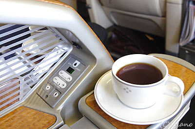 JAL国内線ファーストクラス、食後のコーヒー