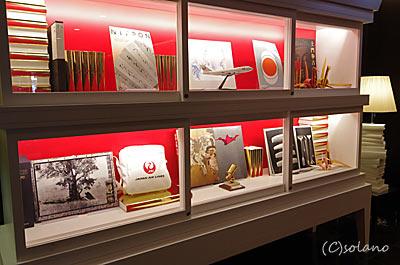 JAL国内線、ファーストクラスエントランスホールの飾り