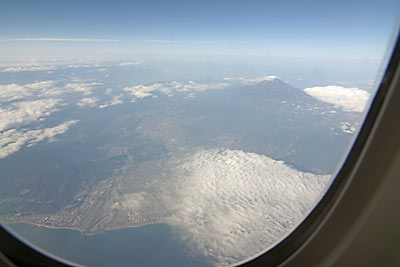 JAL羽田-大阪・伊丹便機内から見た富士山