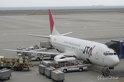 中部国際空港に駐機するJTA255便、B737-400