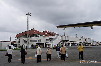 宮古空港オープンスポット。徒歩でターミナルビルへ。