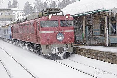 津軽新城駅を通過する寝台特急日本海