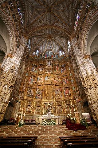 黄金色に輝くカテドラルの祭壇(トレド)