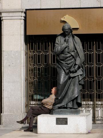 銅像にもたれて眠る人(マドリード)