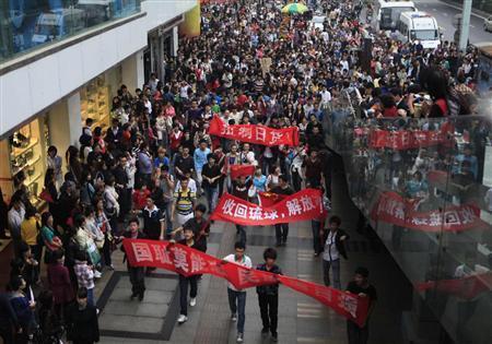 成都市中心部を行進する、反日デモの大学生ら