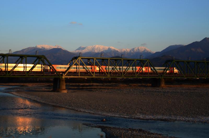 西条市石田 特急列車 冬景色