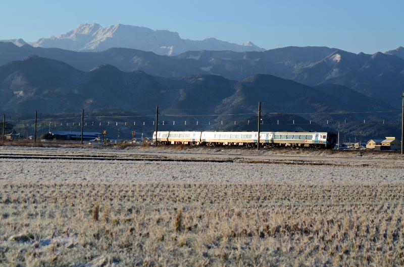 平成24年 西条市 初雪 田園を走る電車