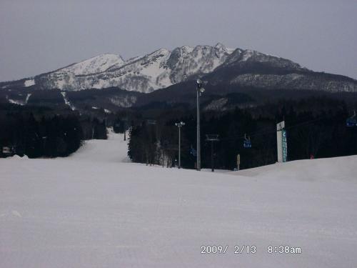 01 杉の原スキー場から赤倉山の上に妙高山の頂上