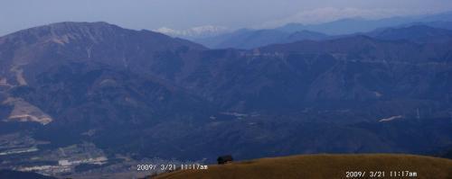 14 伊吹の奥に岐阜・福井県境の山と白山