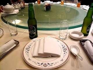花梨(テーブルと青島ビール)