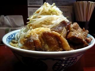 麺香房 暖々(大盛りラーメン横から)