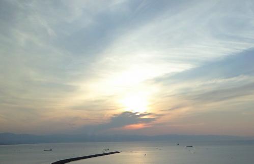 雲の向こうに朝日