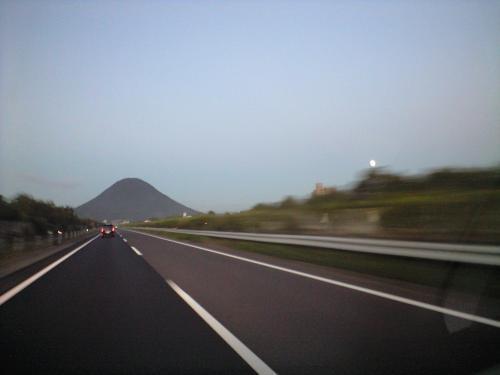 讃岐富士と昇りはじめの中秋の名月