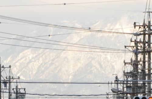 電線越しに山の雪