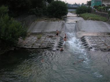 空堀川で泳ぐ子どもたち