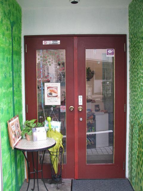 緑の森の壁のドア