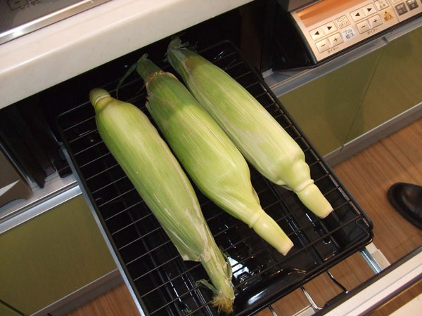 これからトウモロコシを焼きます