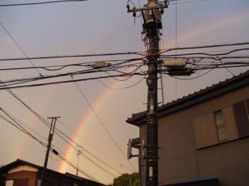 家景色057 虹、2連 屋根から濃い